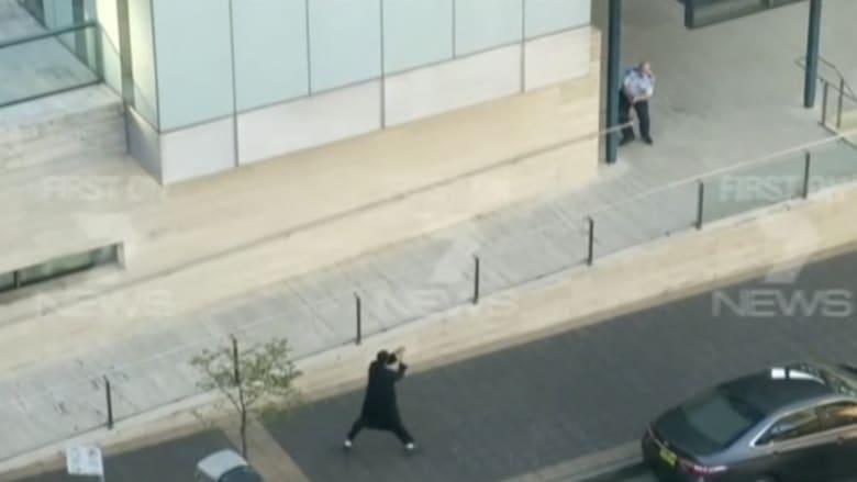 شاهد.. لقطات حصرية لتبادل إطلاق النار بين الأمن والمسلح المراهق بأستراليا