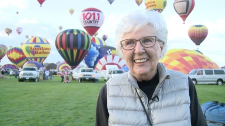 بالفيديو.. سيدة تتابع مهرجان المناطيد لـ40 عاماً وتصعدها بسن الـ85