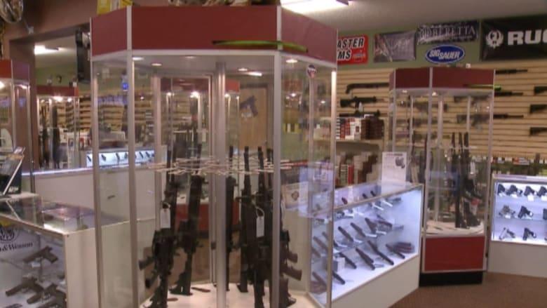 """بالفيديو.. مبيعات """"فوق الأسطح"""" تنعش بورصة الأسلحة بأمريكا"""