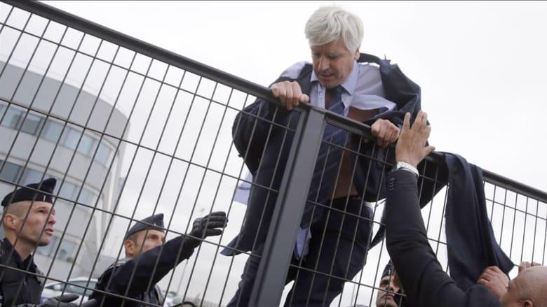 """بالفيديو.. مسؤولون في """"اير فرانس"""" يفرون هربا من المتظاهرين"""