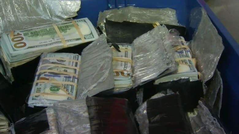 سرقة على طريقة أفلام هوليوود.. والشرطة تعثر على مئات آلاف الدولارات مدفونة في فناء منزل