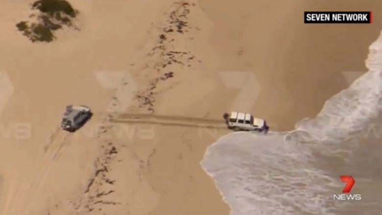 بالفيديو.. مطاردة غريبة لهارب بسيارة مسروقة.. وأمواج المحيط تعيده إلى الشرطة