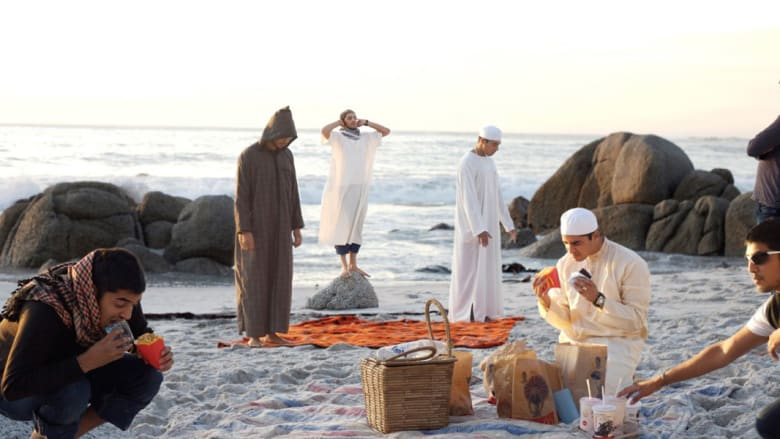 الصدام بين الثقافات..هكذا يخلق فنانان مسلمان صوراً مؤرقة للصراع بين الدين والمجتمع