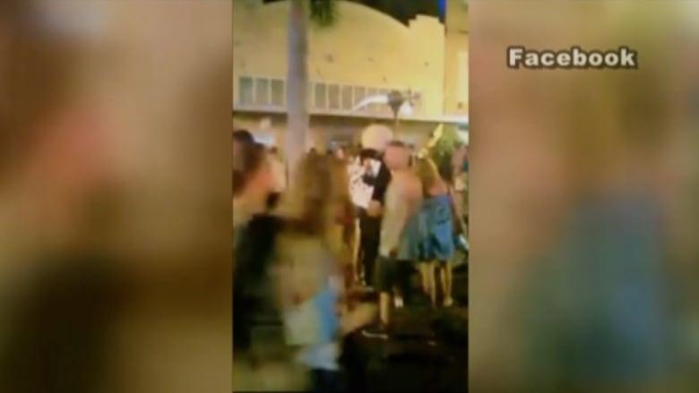 """بالفيديو.. مقتل شخص وإصابة 4 بالرصاص في مهرجان لمحبي """"الزومبي"""""""