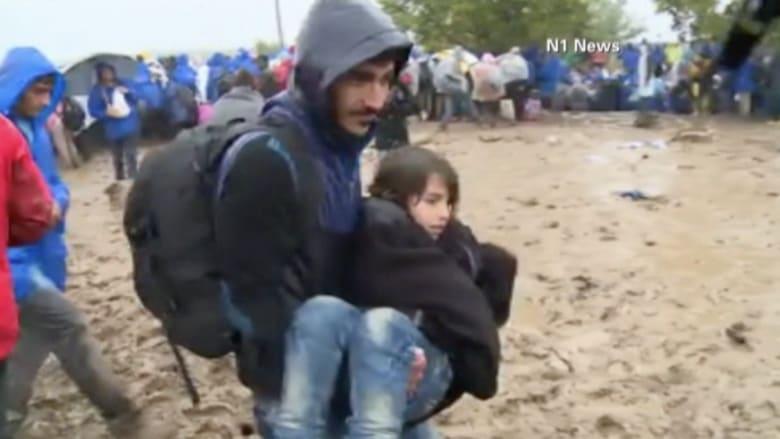 بالفيديو..تقطع السبل بآلاف اللاجئين في أوروبا وسط ظروف قاسية
