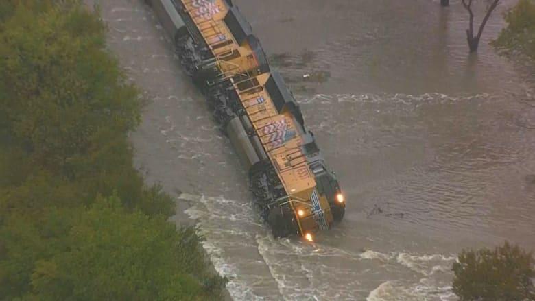 شاهد.. قطار للشحن ينقلب خارج سكة الحديد في تكساس بسبب الفيضانات