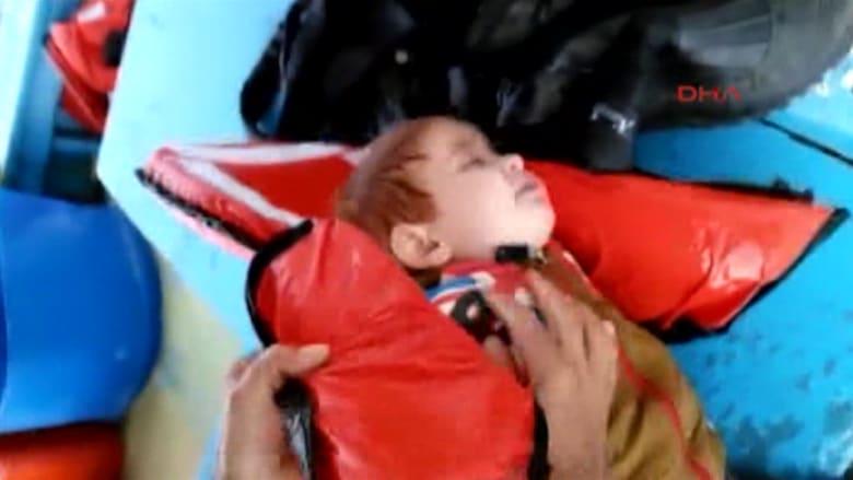 شاهد.. فيديو صادم لصياد تركي ينتشل رضيعا سوريا قبل غرقه