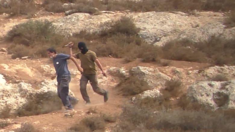بالفيديو.. مسلح بسكين يهاجم حاخاماً قرب مستوطنة يهودية