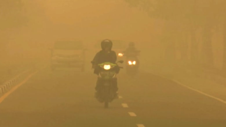 بالفيديو.. إندونيسيا تغرق وسط سحابة دخان كثيف