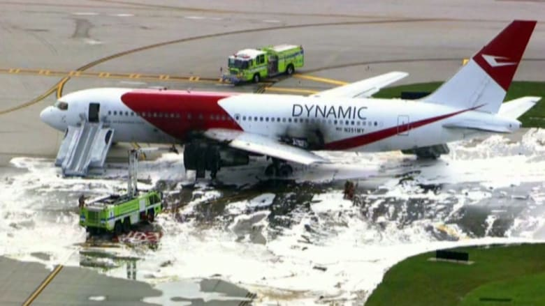 بالفيديو.. اشتعال النيران في طائرة على مدرج وإصابة 7 من ركابها