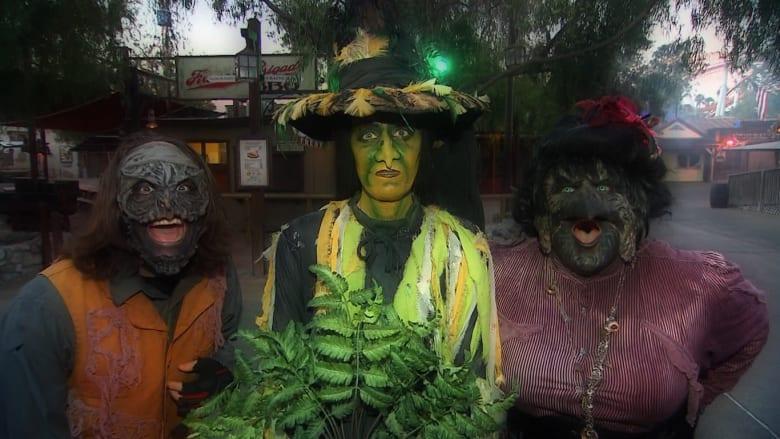 """بالفيديو.. هكذا تقوم بإخافة الناس في """"هالوين"""" .. حديقة ترفيه ترعب الملايين منذ 43 عاما!"""