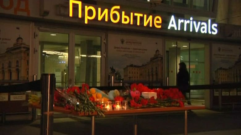 شاهد.. مواطنون روس يضعون الزهور أمام مطار سان بطرسبيرغ على أرواح ضحايا الطائرة الروسية