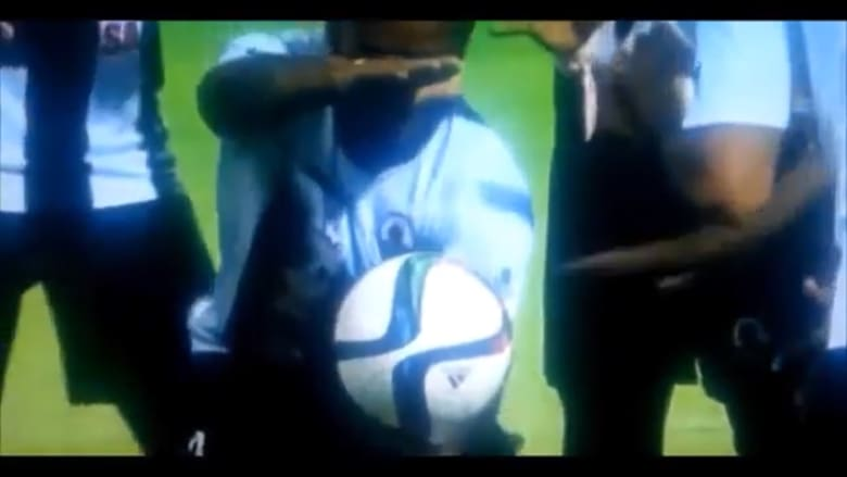 بالفيديو.. لاعب كرة قدم يجعل الكرة تطفو في الهواء بعد تسجيله هدفاً