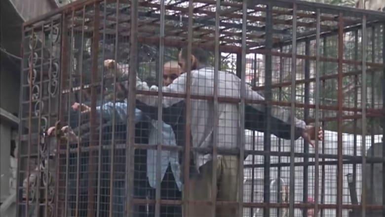 """""""جيش الإسلام"""" بغوطة دمشق يستخدم عناصر النظام """"دروعا بشرية"""" بأقفاص لتخفيف الغارات"""
