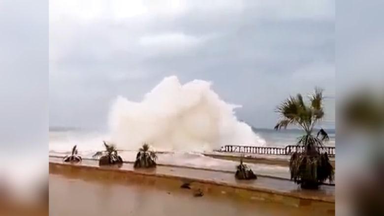"""شاهد.. أمطار كثيفة وعواصف رعدية تشهدها اليمن قبيل وصول إعصار """"تشابالا"""""""