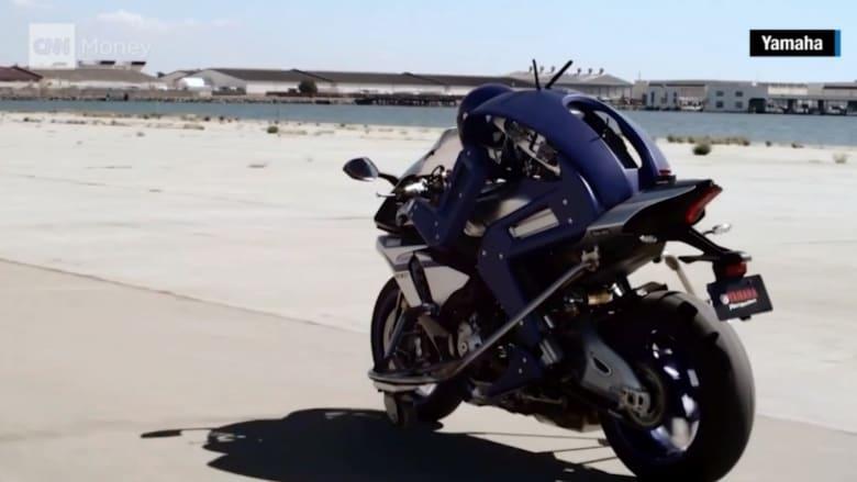 شاهد.. رجل آلي يقود دراجة نارية بسرعة 190 كم