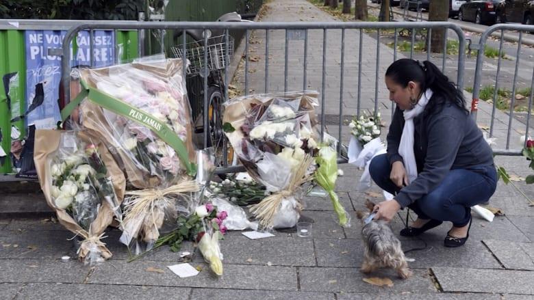 """بالفيديو.. فرنسيون يضعون الزهور بالقرب من مسرح """"باتاكلان"""" في باريس"""