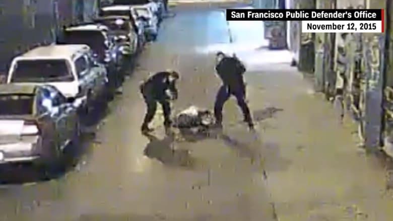 """بالفيديو.. شرطيان أمريكيان يوسعان مشتبهاً به ضرباً بعد """"تجاهله الأوامر"""""""