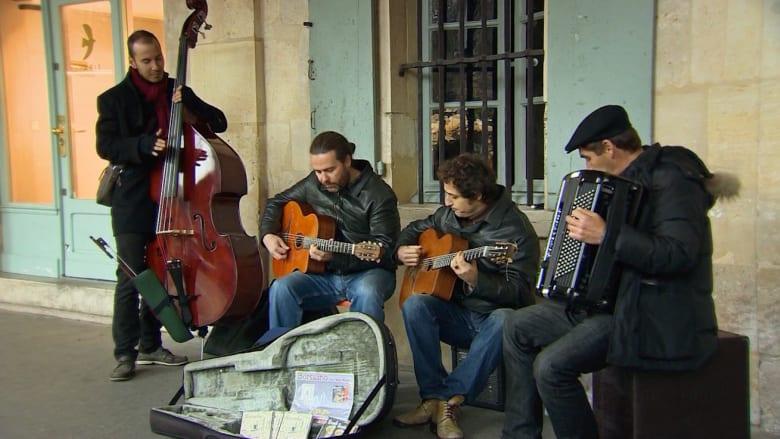 بالفيديو..الموسيقى تعيد السعادة إلى قلب باريس المثقل بالجراح