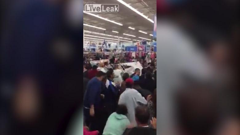 """بالفيديو.. مشاجرات خلال التسوق في """"الجمعة السوداء"""" بأمريكا"""