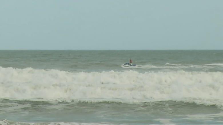 بالفيديو.. شاهد كيف فاجأ راكب أمواج أطفالاً على شاطيء بفلوريدا