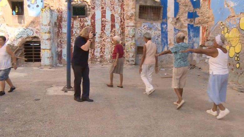 شاهد: أشهر مصور في العالم يتعلق بعشق كوبا.. ويبحث بأزقتها عن زوايا نسيها الزمن