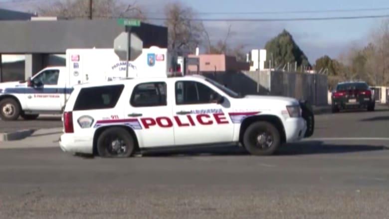 """بالفيديو..امرأة مكبلة اليدين تتمكن من سرقة سيارة الشرطةلـ""""المتعة"""""""