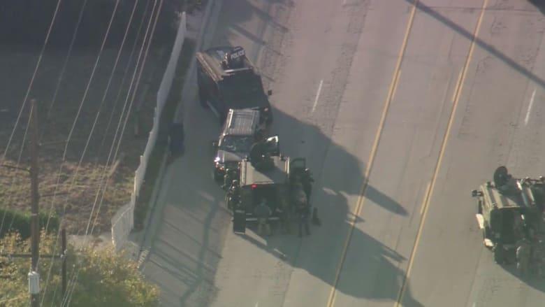 بالفيديو.. عربات مصفحة تحاصر مركبة المشتبه بهم باطلاق النار بكاليفورنيا