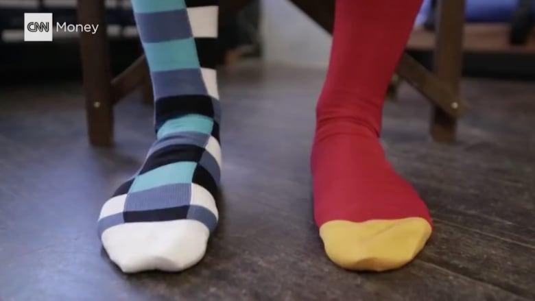 بالفيديو.. دليلك إلى الأناقة.. جوارب ملونة ومجنونة
