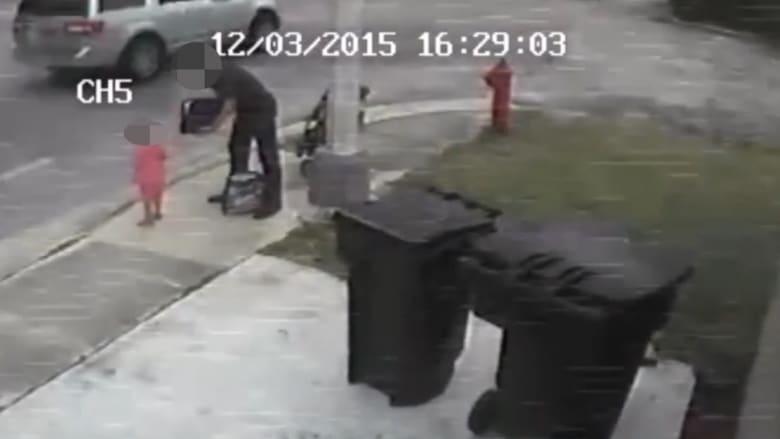 شاهد.. والد يشجع طفلته ذات الـ 3 أعوام على السرقة في وضح النهار