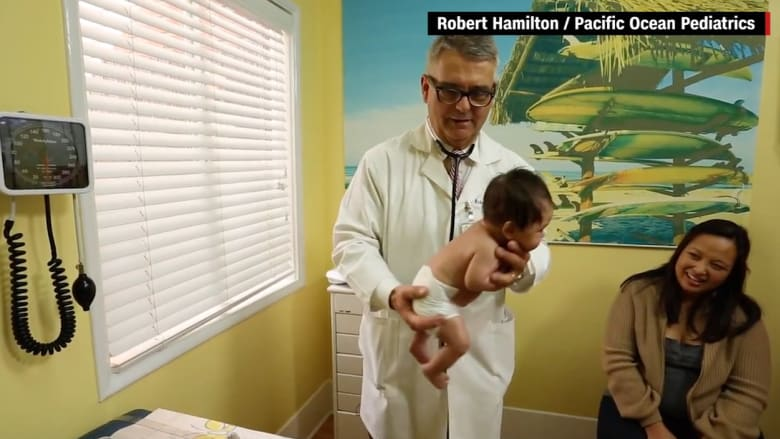 شاهد.. حيلة من طبيب أطفال لإيقاف بكاء الرُضّع تصل للملايين عبر يوتيوب
