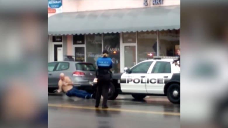 """شاهد.. بعد محاولة فاشلة لسرقة بنك يهدد الشرطة بـ""""شفرة حلاقة"""" فيقتله شرطي"""