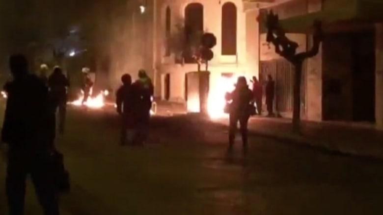 بالفيديو.. اشتباكات بين الشرطة اليونانية وشباب مقنعين في أثينا