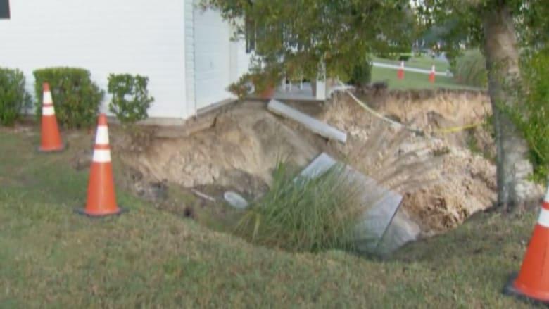 """بالفيديو.. """"حفرة جحيم"""" تتسبب بإجلاء عدد من سكان حي في ولاية فلوريدا الأمريكية"""
