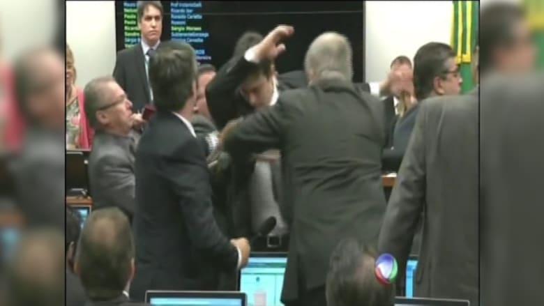 بالفيديو.. خلاف يتحول لعراك بالأيدي خلال اجتماع لجنة القيم في مجلس النواب البرازيلي