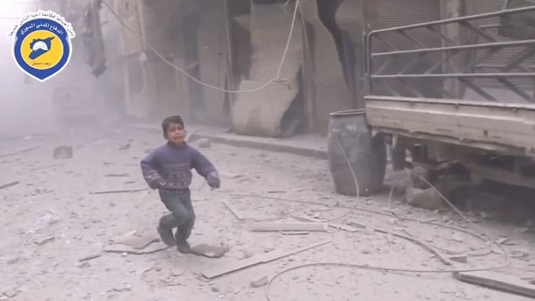 غارة جوية تقتل العشرات في دوما بسوريا..  نشطاء يلومون روسيا وموسكو تنفي استهداف مدنيين