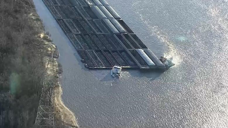 بالفيديو.. لحظة غرق قاطرة عملاقة في نهر المسيسبي بأمريكا