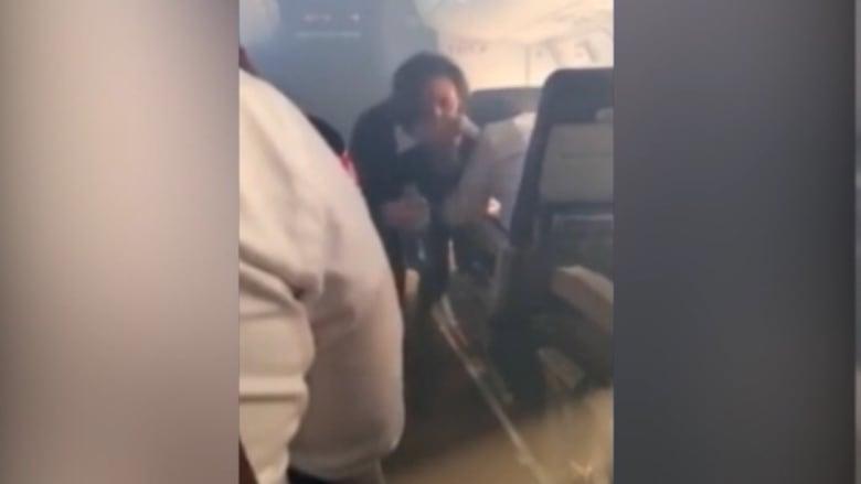 """بالفيديو: هبوط اضطراري لطائرة أمريكية بعد """"اقتحام"""" الدخان لقمرة القيادة"""