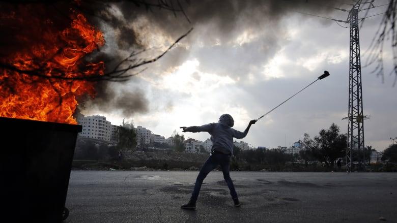 مقتل شابين فلسطينيين بعد اقتحام الجيش الإسرائيلي لمخيم قلنديا بالضفة الغربية