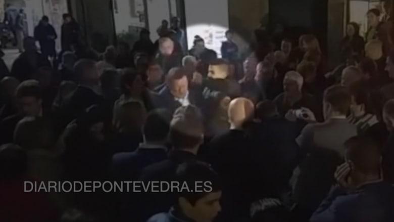 شاهد: شاب يلكم رئيس الوزراء الإسباني في حملته الانتخابية