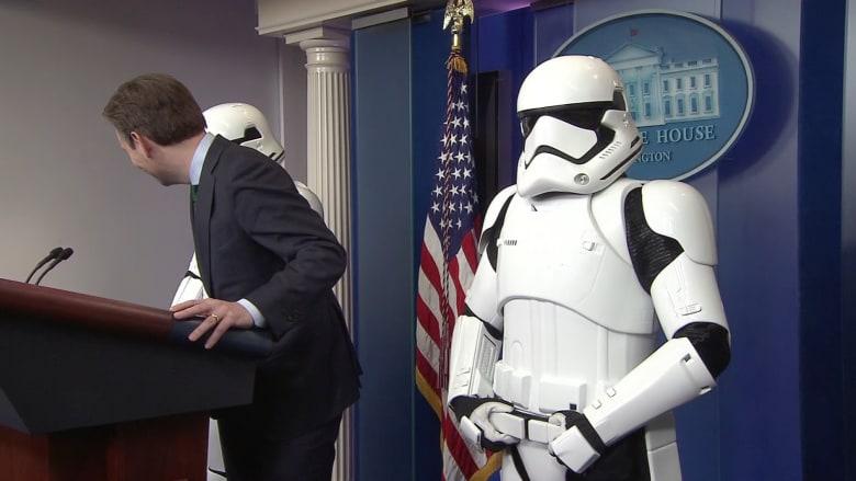 """شاهد بالفيديو.. جنود """"حرب النجوم"""" يظهرون خلال مؤتمر صحفي للبيت الأبيض"""