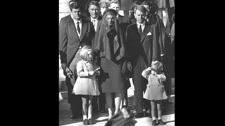 جاكلين كينيدي.. أيقونة غيرت مفهوم الموضة العالمي