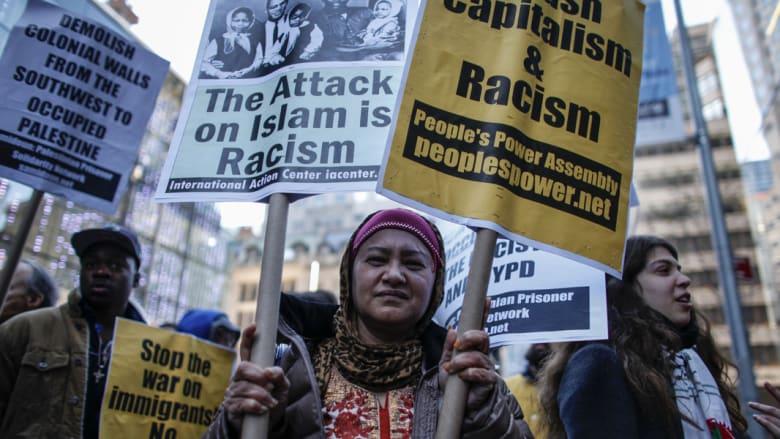 امرأة مسلمة تشارك في اجتماع حاشد أمام برج ترام