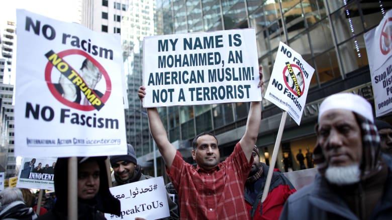مجموعة من المسلمين يشاركون في مظاهرة أمام برج ترامب