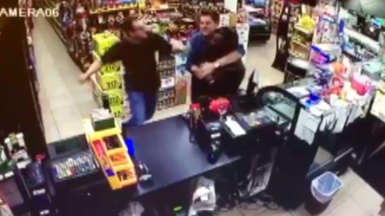 شاهد.. شابان يتبادلان اللكمات مع مسلح حاول السطو على أحد المتاجر
