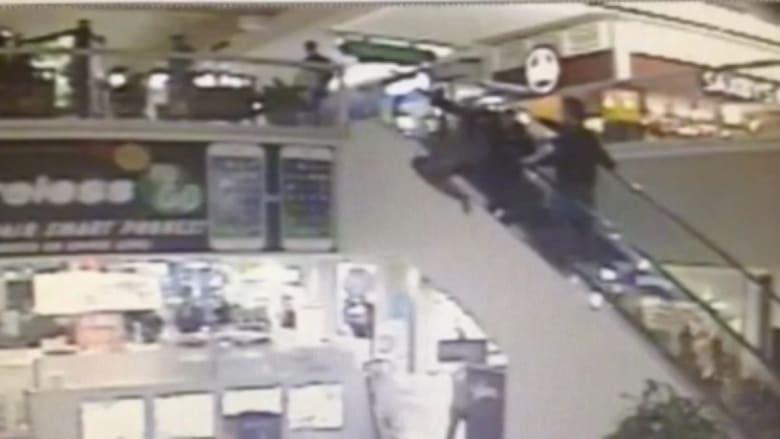شاهد.. لص حاول الهروب من الشرطة.. ليسقط من ارتفاع عال على رأسه بمركز للتسوق