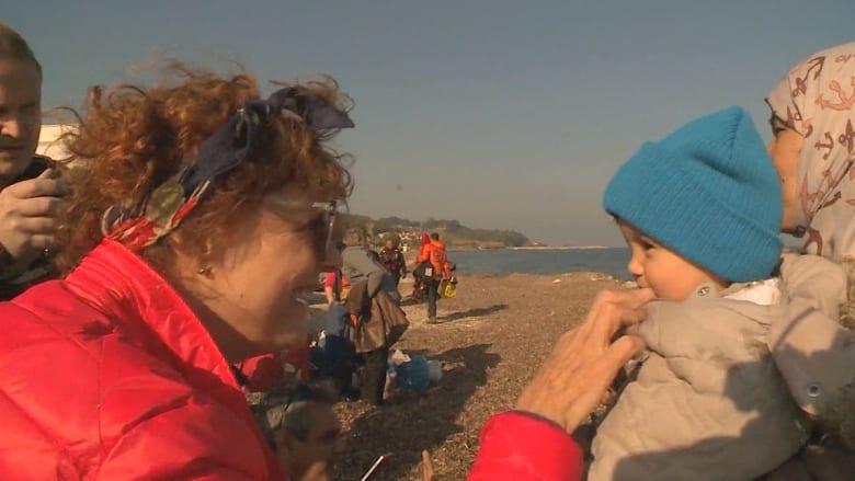 الممثلة الأمريكية سوزان ساراندون تمضي أعياد الميلاد باستقبال اللاجئين في اليونان: تصريحات ترامب عنصرية ومتعجرفة