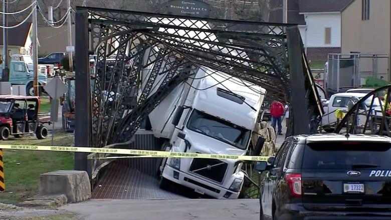 شاهد.. شاحنة تتسبب في انهيار جسر تاريخي عمره أكثر من 130 عاماً
