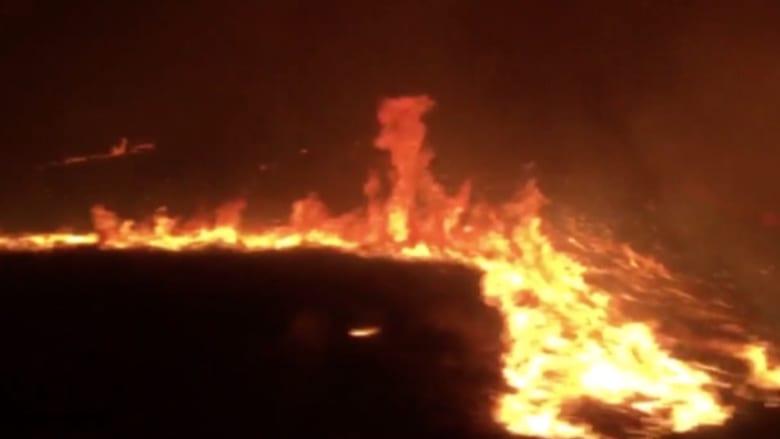بالفيديو: لحظات مرعبة لعائلة تمر بسيارتها بين الحرائق