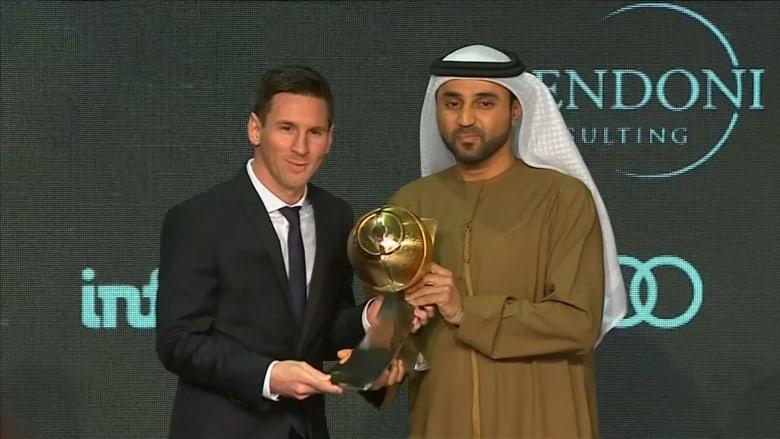 """شاهد.. ميسي يستلم جائزة """"غلوب سوكر"""" لأفضل لاعب في العالم"""